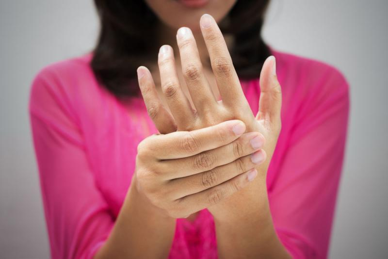woman with hand pain due to carpal tunnel syndrome